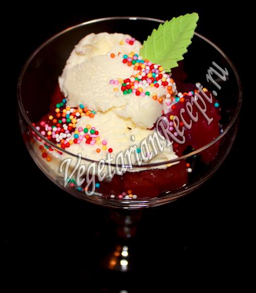 фруктово-ягодный десерт с мороженым и киселем