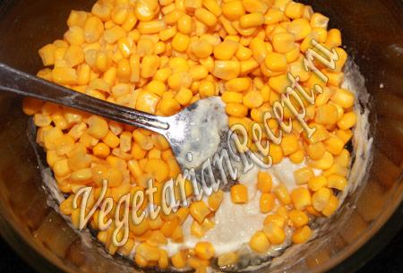 добавляем в тесто кукурузу
