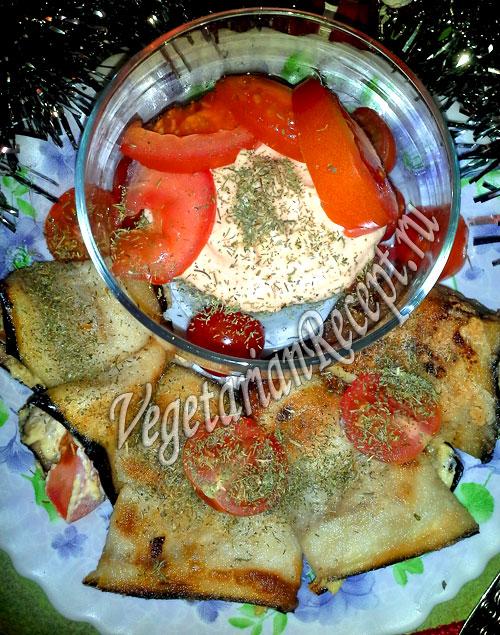 рулетики из баклажанов с помидорами