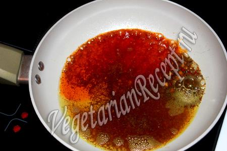 поджариваем специи для супа с красной чечевицей