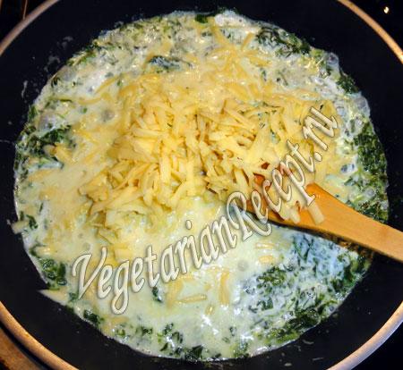 добавить тертый сыр в соус