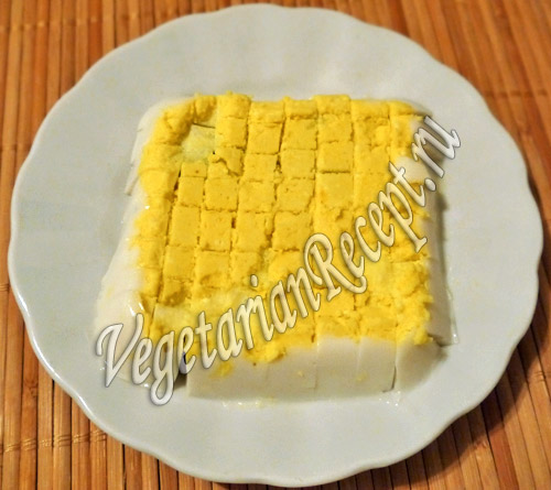 порезанное вегетарианское вареное яйцо
