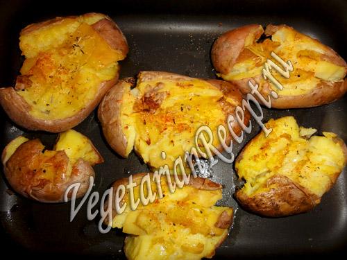 запеченный в духовке отварной картофель