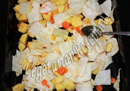 поливаем маслом капусту с картошкой