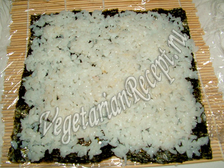 приготовление баклажановых роллов - раскладываем рис