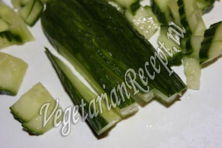 режем огурец для салата