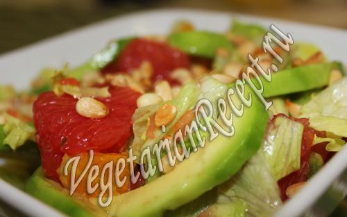 салат с авокадо, грейпфрутом и кедровыми орешками