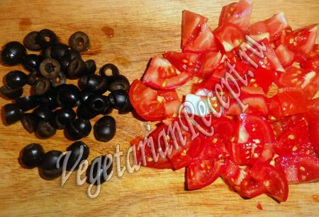 салат с киноа - помидоры и оливки