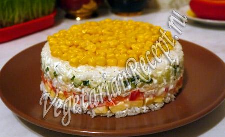 слоеный салат с рисом и кукурузой