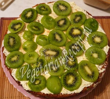 выложить на торт киви