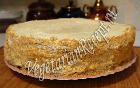 посыпать торт с киви кокосовой стружкой