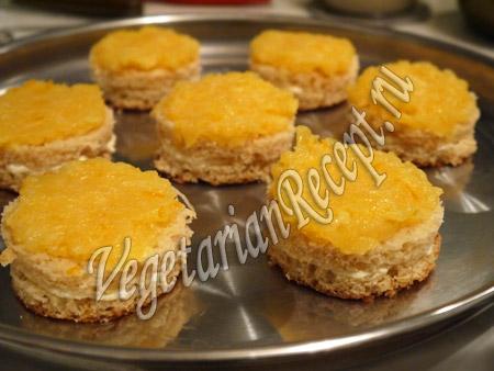 смазываем пирожное апельсиновым джемом
