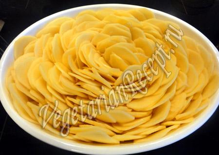 выкладываем картофель в виде цветка