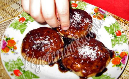 посыпаем овсяное печенье кокосовой стружкой