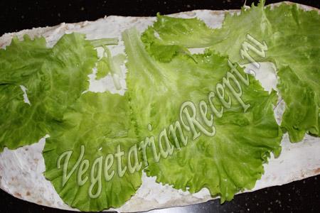 кладем на лаваш салат