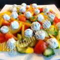 салат из свежих овощей с шариками из феты и оливок