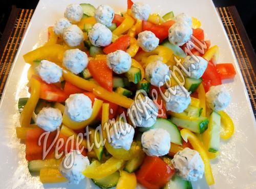 салат из свежих овощей с шариками из феты и оливок рецепт