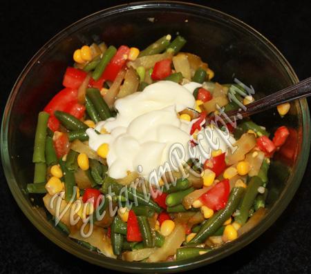 добавляем сметану в салат