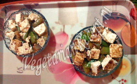 салат с жареным сельдереем и пекинской капустой