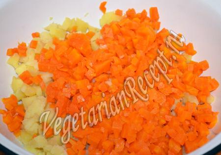 режем морковь для винегрета
