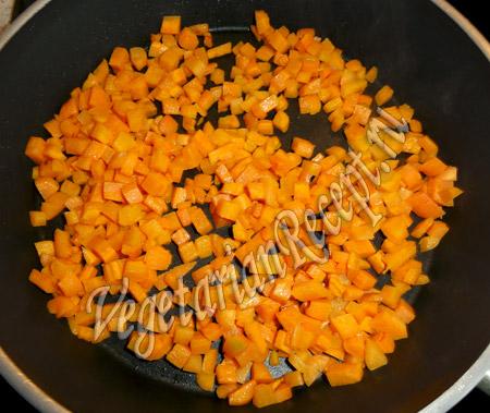 обжариваем морковь кубиками
