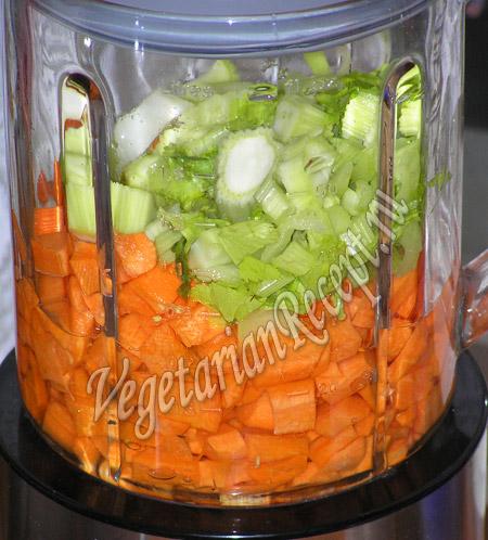 измельчаем в блендере сельдерей и морковь
