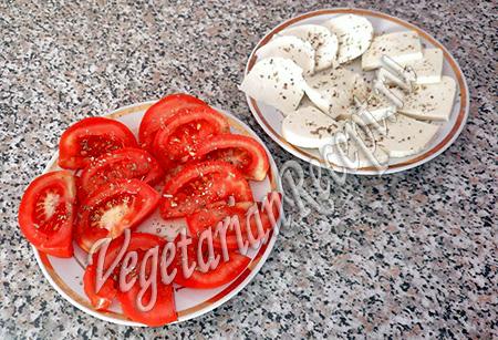помидоры и сыр со специями
