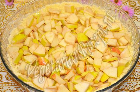 приготовление пирога с яблоками