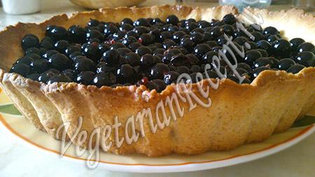 засыпаем пирог ягодами