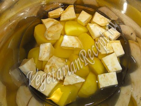 отвариваем сельдерей и картофель
