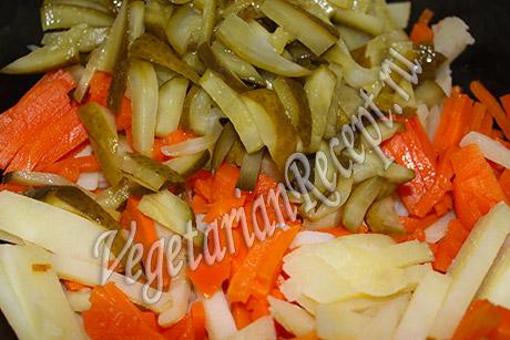 режем для салата соленые огурцы