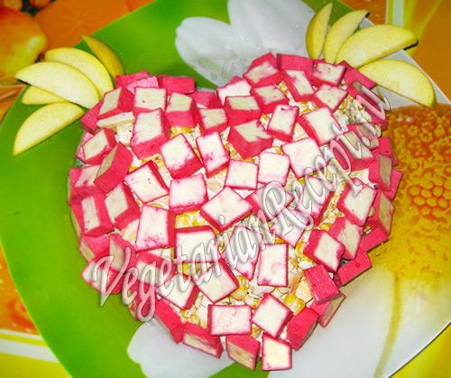 салат с вегетарианскими крабовыми палочками