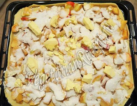 кусочки масла поверх яблок