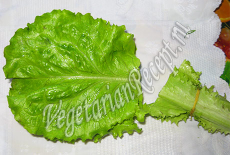 листья салата обрезаем