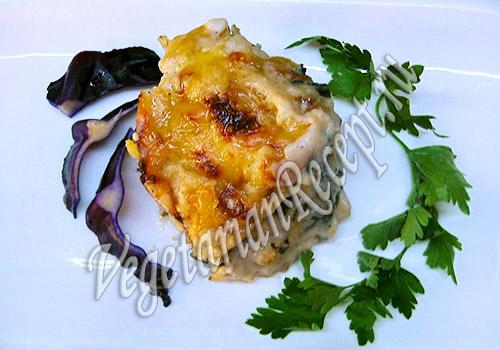вегетарианская рыба, запеченная в соусе бешамель