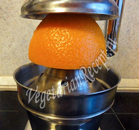 выжимаем из апельсина сок