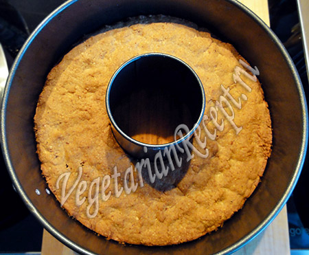достаем из духовки кекс