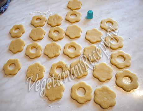 вырезаем печенье цветочки