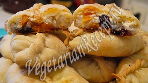 пирожки с начинкой из тыквы, риса, сухофруктов и творога