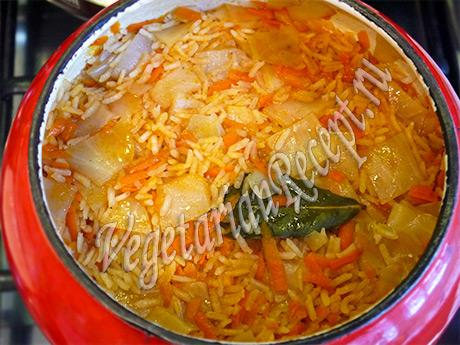 блюдо из риса, капусты и моркови