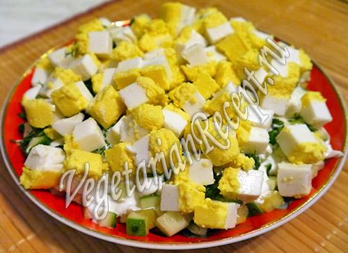 салат с вегетарианским вареным яйцом