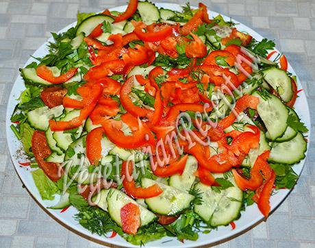 салат с жареными кабачками - перец и огурцы