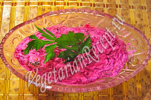 Салат со свеклой, грецкими орехами и черносливом. Фото