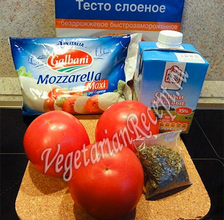 готовое слоеное тесто, сыр, помидоры