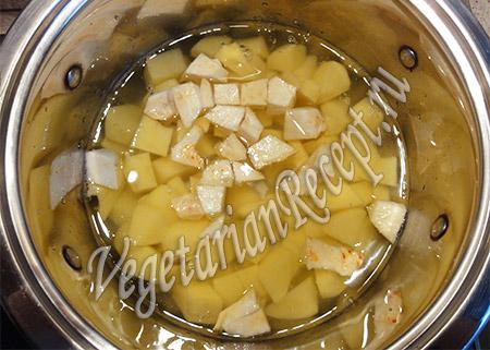 отвариваем картофель и сельдерей