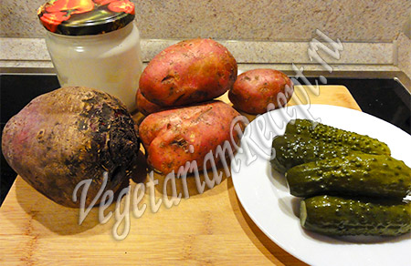 свекла, соленые огурцы, картофель и майонез