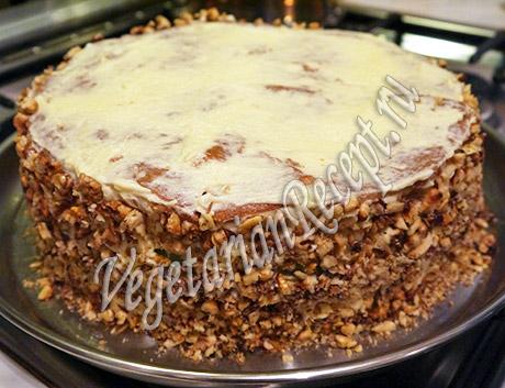 обсыпаем бока торта орехами