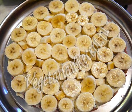 выкладываем фрукты (бананы) на корж