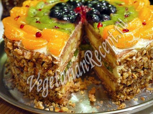 Бисквитный торт с фруктами. Фото