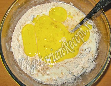 добавляем к изюму кефир с маслом